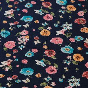 Viskosestoff mit Blumenmuster auf blauem Grund